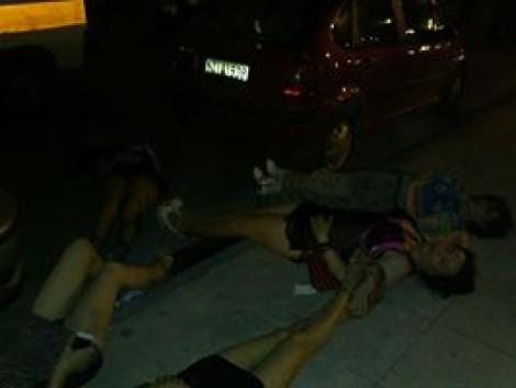 To ρατσιστικό πογκρόμ της Ελληνικής αστυνομίας κατά των τρανς ατόμων στη Θεσσαλονίκη συνεχίζεται! Η φωτογραφία είναι χθεσινοβραδινή. Τα κορίτσια αντιστέκονται στην προσαγωγή τους