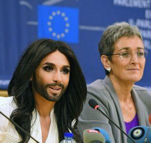 [ Φωτογραφία: η Ulrike Lunacek μαζί με την Conchita σε εκδήλωση της LGBTI Intergroup στο Ευρωπαϊκό Κοινοβούλιο —  Getty Ιmages ].