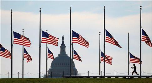 Μεσίστιες οι σημαίες τις ημέρες του μακελειού   (Φωτογραφία:  Reuters )