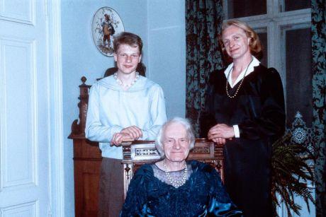 Η αείμνηστη Charlotte von Mahlsdorf και ηθοποιοί του έργου «I Am My Own Woman»