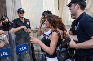 Τουρκία: Το ακρωτηριασμένο σώμα τρανς γυναίκας βρέθηκε καμένο σε δρόμο της Κωνσταντινούπολης.