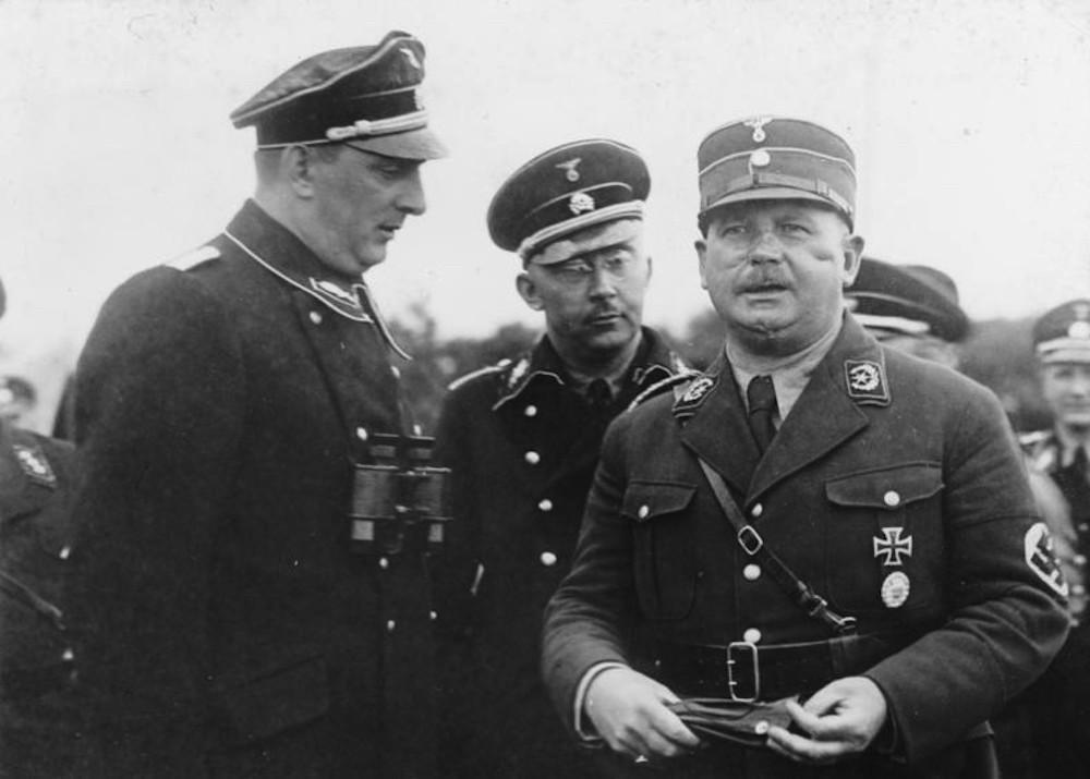 Ο Ernst Röhm [ο γκέι Γερμανός αξιωματικός και αρχηγός της παραστρατιωτικής οργάνωσης SA που εκτελέστηκε τη «Νύχτα των Μεγάλων Μαχαιριών»] μαζί με τους ναζί ηγέτες Heinrich Himmler και Kurt Daluege το 1933. Φωτογραφία από Wikimedia, με την ευγενική παραχώρηση των Bundesarchiv (Γερμανικά Ομοσπονδιακά Αρχεία).