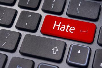 Ευρωπαϊκή Ένωση: Το Ευρωπαϊκό Κοινοβούλιο ζητεί την αντιμετώπιση των ομοφοβικών και τρανσφοβικών εγκλημάτων που διαπράττονται στο διαδίκτυο.