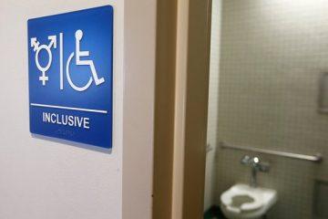 Καναδάς: Οι περισσότεροι Καναδοί υποστηρίζουν τα δικαιώματα της τρανς κοινότητας αλλά διχάζονται γύρω από την πολιτική σχετικά με την πρόσβαση στην τουαλέτα.