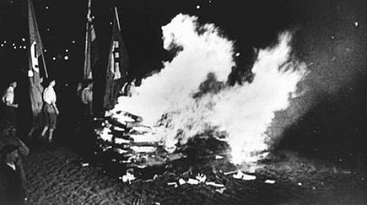 Κάψιμο βιβλίων που θεωρήθηκαν «αντιγερμανικά», από μέλη της παραστρατιωτικής οργάνωσης του ναζιστικού κόμματος, SA, από ναζιστικές φοιτητικές οργανώσεις και υποστηρικτές του καθεστώτος, στο Βερολίνο. 10 Μαΐου 1933.