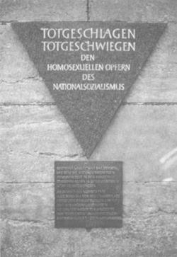 --Αναμνηστική πλάκα στο Βερολίνο με το ροζ τρίγωνο στην κορυφή, εις μνήμην των ομοφυλόφιλων που βασανίστηκαν και εκτελέστηκαν στα Ναζιστικά στρατόπεδα εξόντωσης. 1989--