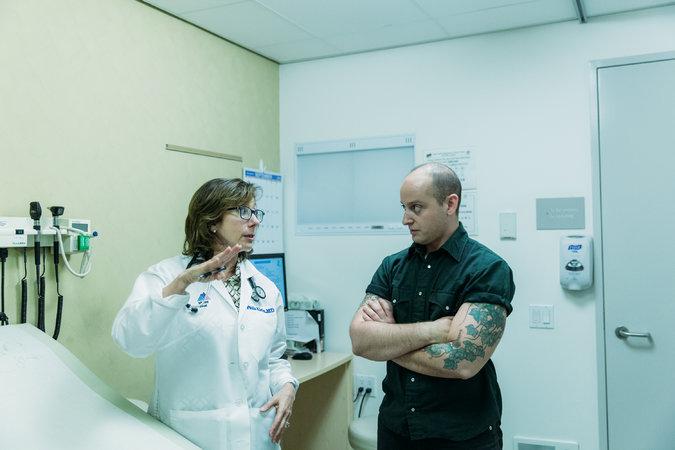 Ζώντας σαν άνδρας που πολεμάει με τον καρκίνο του στήθους: Πως τα τρανς άτομα αντιμετωπίζουν τα κενά υγείας του συστήματος.