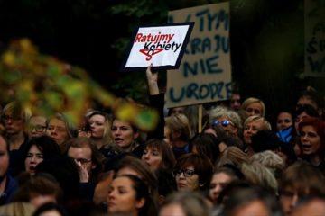 """Το """"απάνθρωπο"""" νομοσχέδιο κατά των αμβλώσεων έβγαλε χιλιάδες Πολωνές στο δρόμο"""