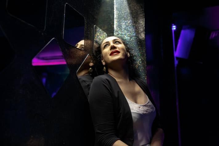 Huzun Coskun, 30χρονη τρανς γυναίκα, που εργάζεται ως μπαργούμαν στο μπαρ No Name | Nathalie Bertrams/PRI