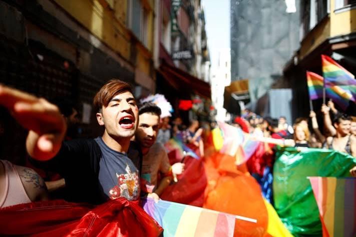 LGBTI ακτιβιστές κρατούν την σημαία του ουράνιου τόξου κατά τη διάρκεια του τρανς φεστιβάλ υπερηφάνειας που απαγορεύτηκε από τις αρχές της Ιστανμπουλ στις 19 Ιουνίου | Osman Orsal/Reuters
