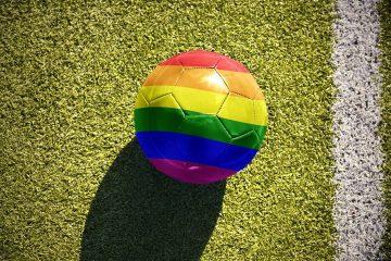 Τα χρώματα του ουράνιου τόξου, διεθνές σύμβολο κατά της ομοφοβίας, σε μια ποδοσφαιρική μπάλα. Αλλά η ομοφοβία είναι κυρίαρχη στα γήπεδα   Shutterstock