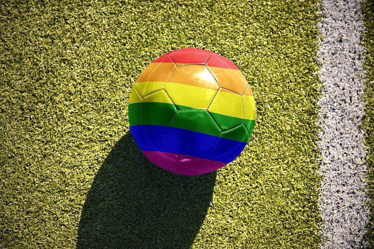 Τα χρώματα του ουράνιου τόξου, διεθνές σύμβολο κατά της ομοφοβίας, σε μια ποδοσφαιρική μπάλα. Αλλά η ομοφοβία είναι κυρίαρχη στα γήπεδα | Shutterstock