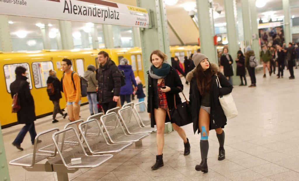 Οι νεαροί με τα εσώρουχα περπατούν χαμογελαστοί δίπλα στους υπόλοιπους ανθρώπους στο μετρό του Βερολίνου REUTERS/Hannibal Hanschke