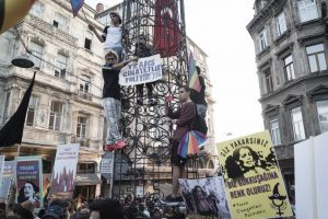 Τουρκία: Διαδήλωση στη μνήμη της Hande Kader: Θέλουμε να πεθαίνουμε από φυσικά αίτια.