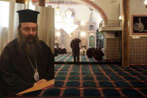 Εννοείται πως διαφωνεί με τη δημιουργία τεμένους ο... πεφωτισμένος μητροπολίτης (Η φωτ. από προσευχή μουσουλμάνων σε τέμενος της Κομοτηνής)   EUROKINISSI