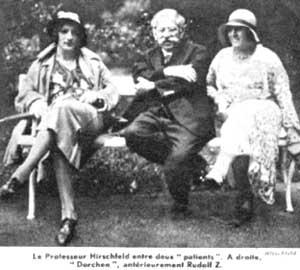 Ο Καθηγητής Hirschfeld ανάμεσα σε δύο ασθενείς του.