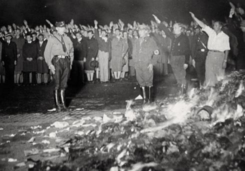 [Φωτογραφία: Το υλικό της βιβλιοθήκης του Ινστιτούτου Institut fur Sexualwissenschaft (Ινστιτούτου Σεξολογίας) καταστρέφεται στην πυρά από τους Ναζί.]