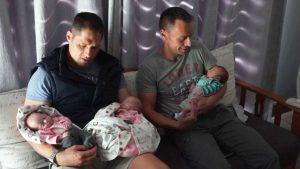 Ζευγάρι ανδρών γίνεται το πρώτο που αποκτά τρίδυμα μέσω παρένθετης μητέρας.
