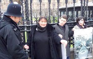 Ηνωμένο Βασίλειο: Ίντερσεξ ακτιβιστές δέθηκαν με χειροπέδες μπροστά στο Κοινοβούλιο.