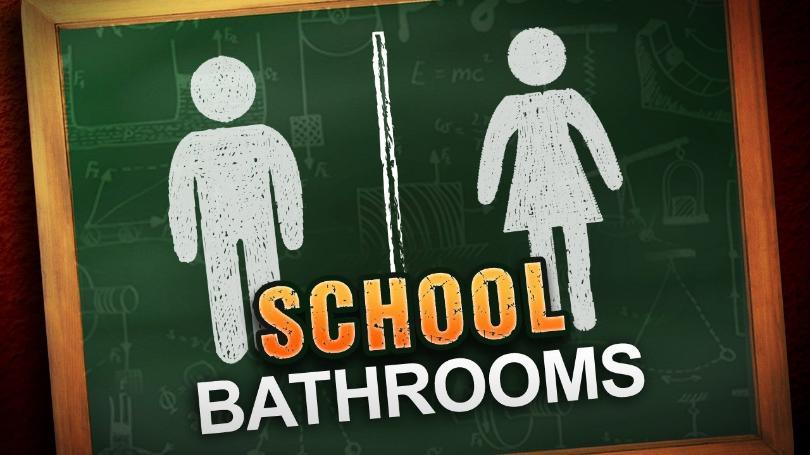 ΗΠΑ: Σχολείο ζητά από το Ανώτατο Δικαστήριο να αποφασίσει σε υπόθεση που αφορά τη δυνατότητα τρανς ανθρώπων να πηγαίνουν στην τουαλέτα σύμφωνα με την ταυτότητα φύλου τους.