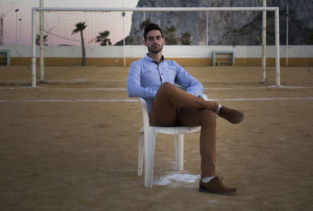 O πρώτος ανοιχτά ομοφυλόφιλος διαιτητής στην Ισπανία επέστρεψε στα γήπεδα, αλλά τώρα δέχεται απειλές για τη ζωή του.