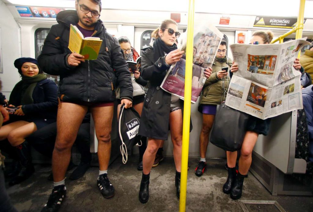 Διάβασμα και αναμονή. Μία κατά τα λοιπά κανονική ημέρα στο μετρό του Βερολίνου REUTERS/Hannibal Hanschke